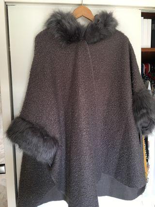 Capa paño de mujer gris con pelo y capucha