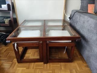 mesa de centro cuadrada con cuatro puff