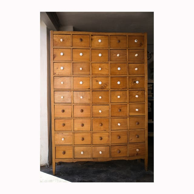 Mueble industrial vintage original de 45 cajones.