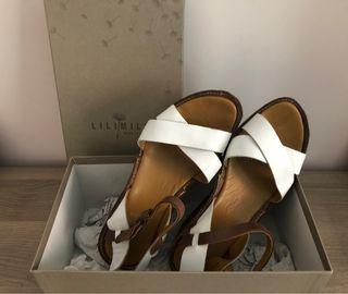 Sandalias de piel blanco/marrón de cuña.
