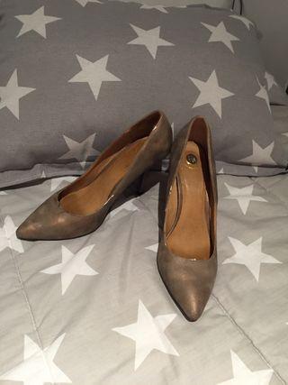 Stilettos. Calzado. Zapatos tacón T40 dorados