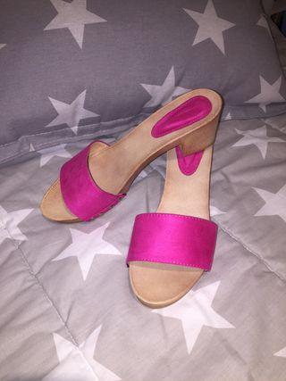 Zuecos. Zapatos rosa de madera T40