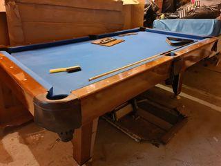 Mesa de billar con palos