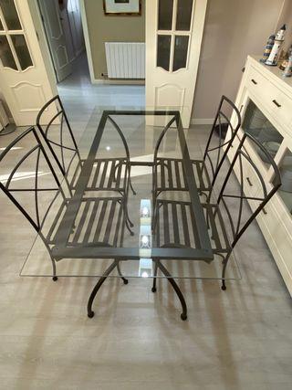 Conjunto de mesa y sillas en hierro forjado negro