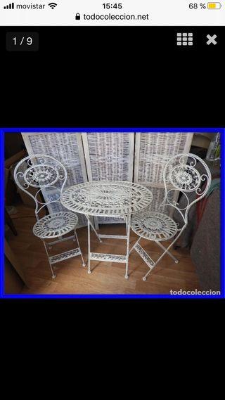 Mesa plegable y dos sillas a juego de hierro