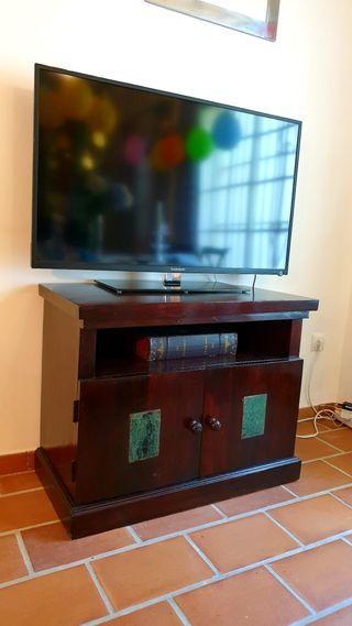 Mueble auxiliar de madera natural.