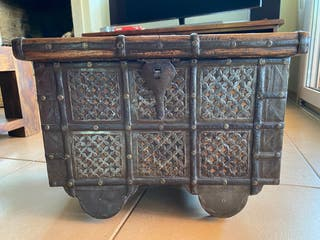 Cofre de madera y hierro antiguo