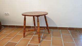 Mesa de madera natural redonda.