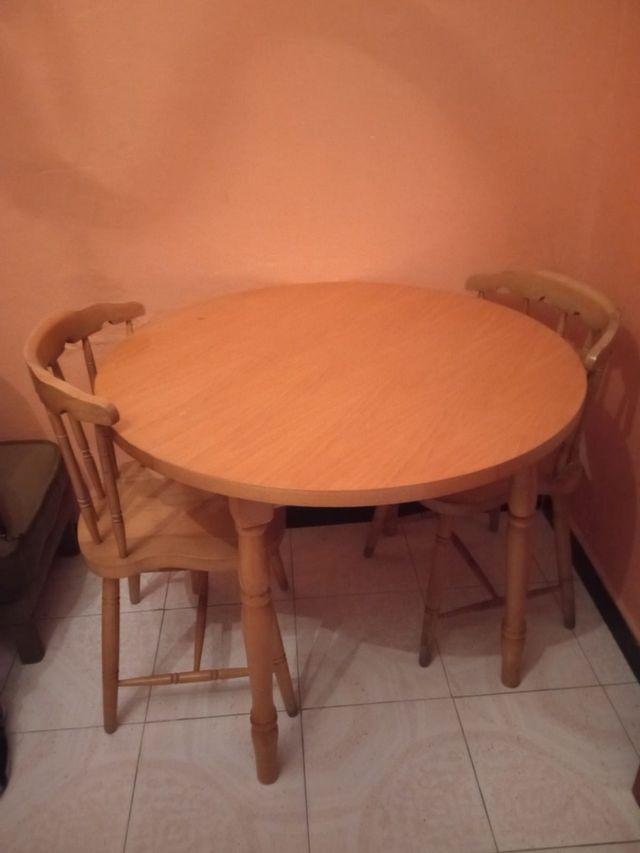 mesa de madera con 2 silla