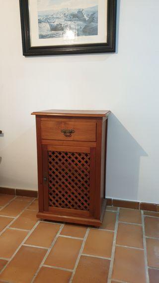 Mueble de madera natural.