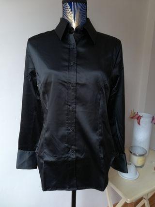 Blusa negra sedosa de Zara