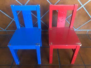 Sillas infantiles rojas y azules