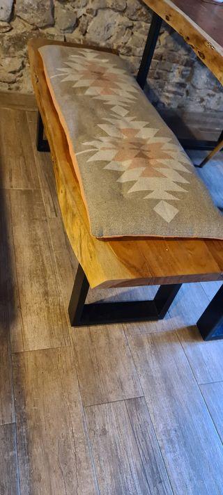 Banco de madera natural y hierro
