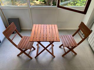 Sillas y mesa de madera plegables