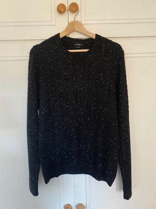Jersey negro con detalles blancos