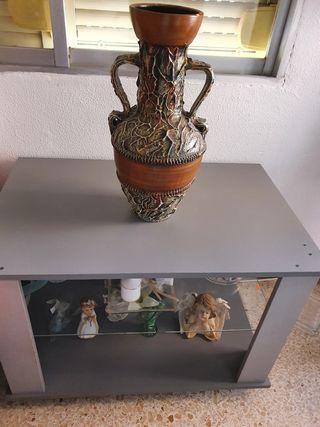 mesa de televisor y florero