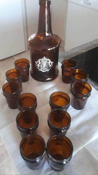 licorera y 12 vasitos