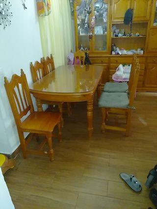 mesa de salón extensible y cuatro sillas