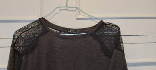 Camiseta gris con encaje negro en hombros