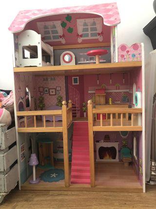 Casa muñecas de madera con cimplementos