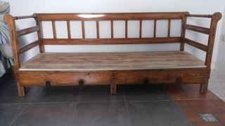 Sofá de madera antiguo muy amplio.