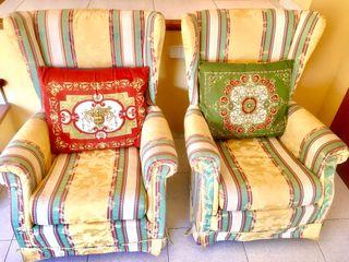 Dos sillones orejeros con sus cojines
