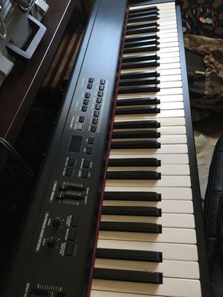 Piano Roland y sintetizador Korg TR 61