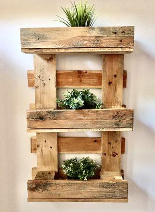 Jardín vertical estantería madera pared reciclada