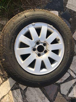Cuatro ruedas con llantas de aluminio