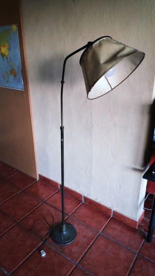 Lámpara de pie antigua con campana de piel