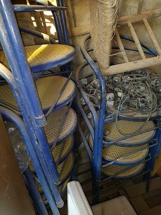 sillas de tres patas de hierro