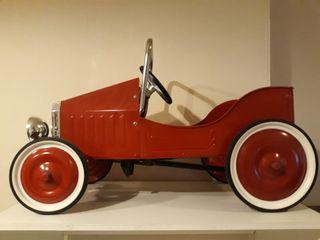 Coche vintage de metal, a pedales