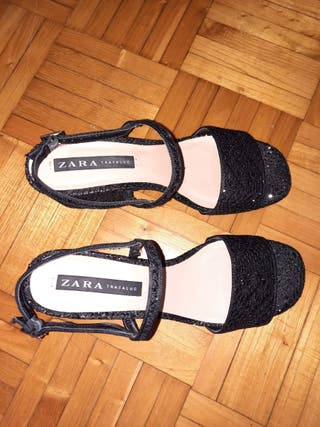 Sandalia negra de tacón ancho de Zara