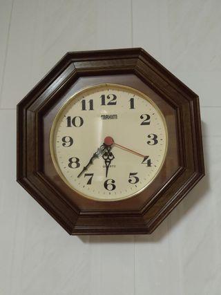 Reloj de pared pequeño en madera