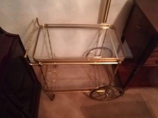mueble bar de cristal con ruedas metalicas dorado