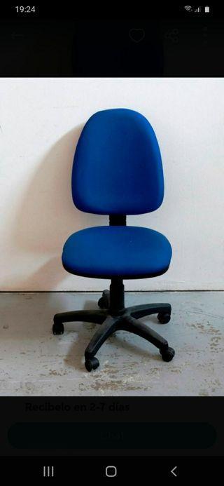 2 sillas normales y una giratoria de oficina.