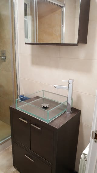 Mueble de baño, lavabo, grifo y espejo