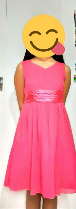 Vestido rosa fucsia.