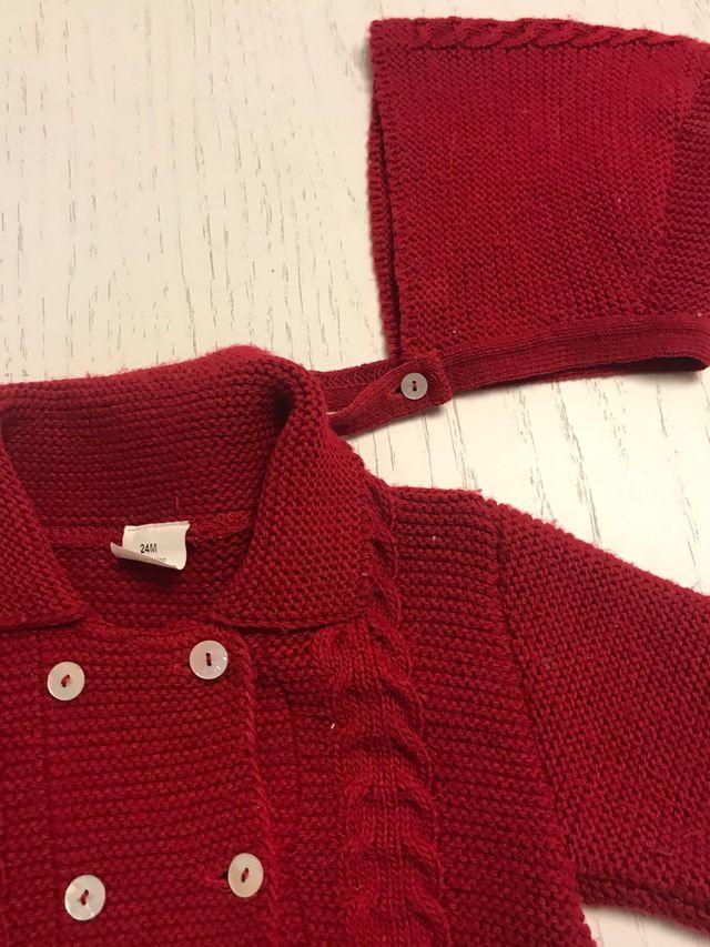Abrigo y Capota color rojo talla 24 meses