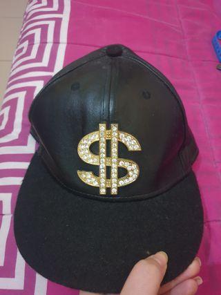 Gorra negra con dolar brillante