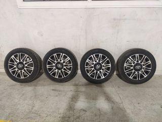 Llantas Toyota con neumáticos.
