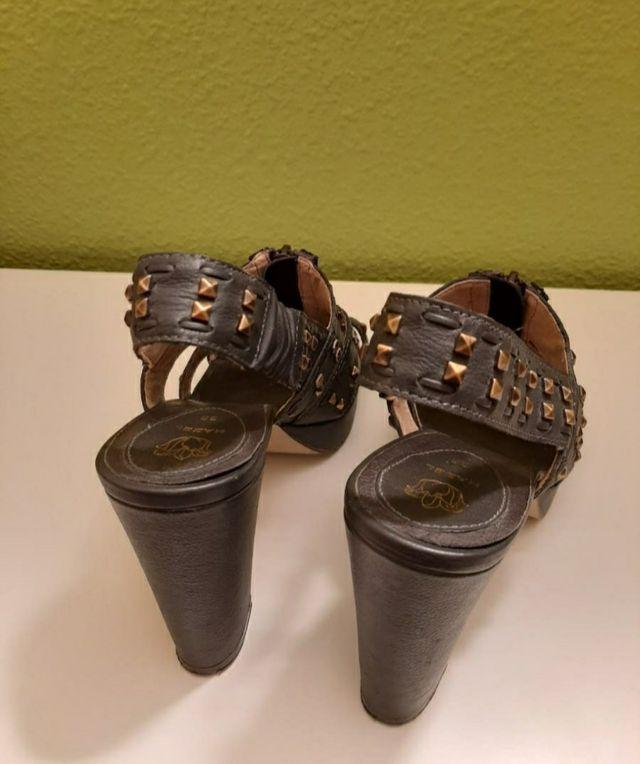 Sandalia piel.