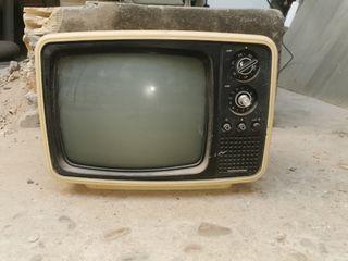tv antigua para decoración