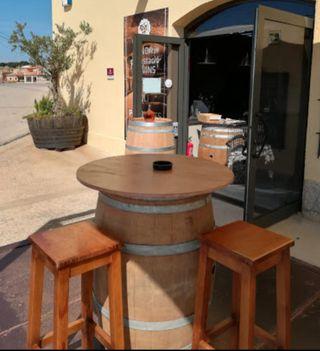Mesas. Taburetes y mesas altas. Barricas. Sillas