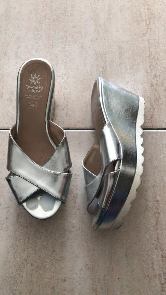Sandalias plateadas con plataforma daniela vega