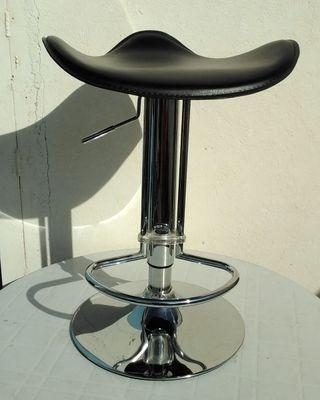 Taburete asiento negro de cuero sintético