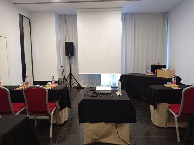 Alquiler proyector y pantalla para eventos