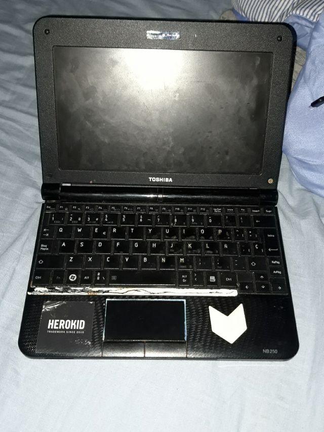 portatil Toshiba pequeño con carrgador