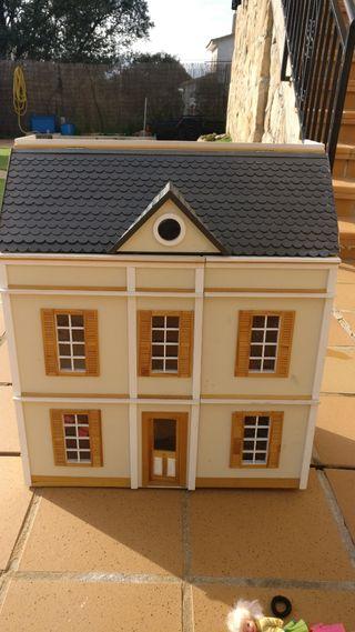 Casa de muñecas con todos los muebles y muñecos
