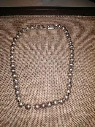 collar de bolas de plata